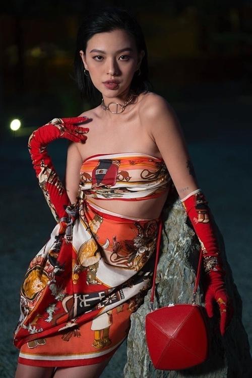 Người mẫu Tú Hảo thể hiện sự sáng tạo khi biến chiếc khăn Hermes thành bộ váy cut-out phần ngực.