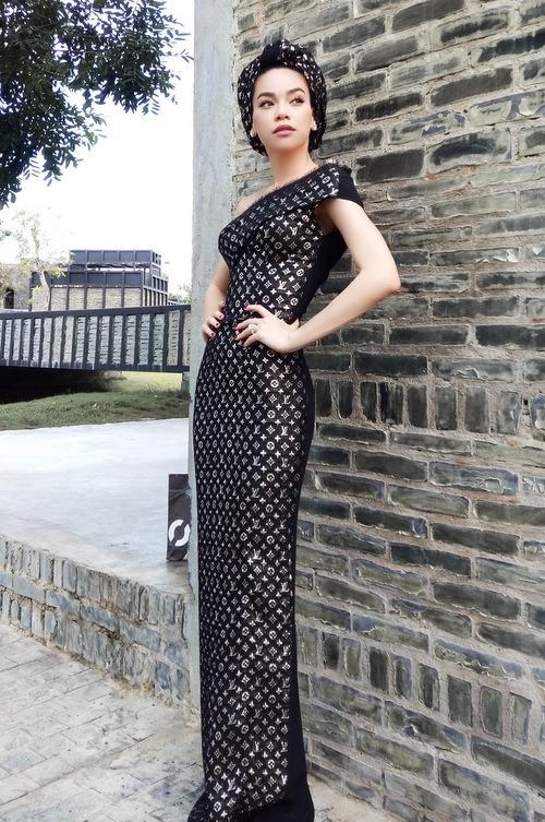 Hồ Ngọc Hà diện váy dạ hội được cắt ghép từ những khăn lụa Louis Vuitton, trị giá 740 USD mỗi chiếc.