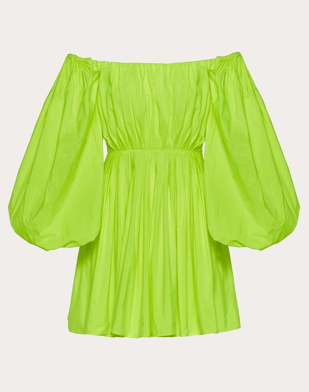 Các cô gái có thể chọn váy ngắn trễ vai xanh chuối của Valentino khi du lịch. Thiết kế có kiểu dáng hiện đại, tay phồng, bo eo và xếp ly toàn thân. Có thể kết hợp quần short jeans, short kaki trắng...