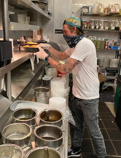 Presley Gerber làm việc tại nhà hàng của cha. Ảnh: Instagram.