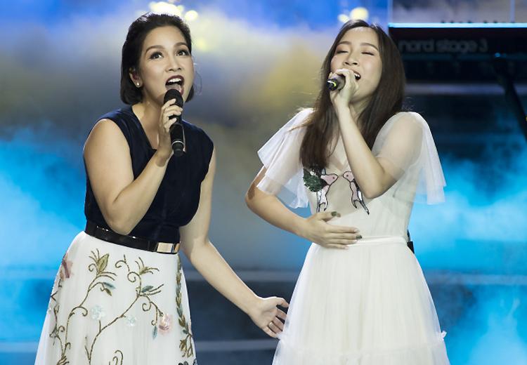 Mỹ Linh song ca cùng con gái trong tour Thời gian năm 2018. Ảnh: Nguyễn Hà.