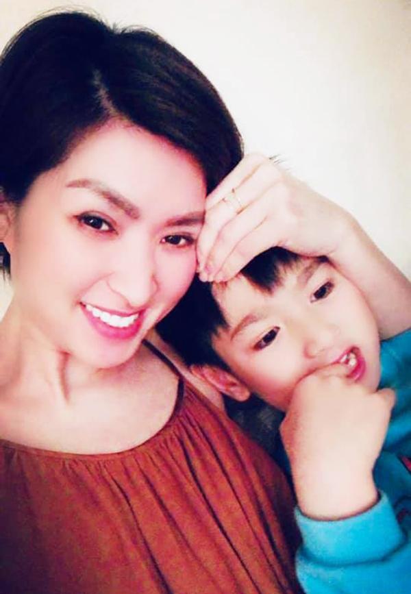 Nguyễn Hồng Nhung và con trai Skyler. Ảnh: Facebook.