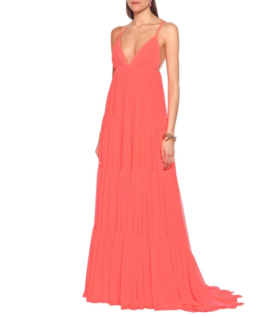 Đầm Valentino màu hồng san hô, chất liệu vải voan mỏng nhẹ, xẻ sâu thích hợp diện ngày hè.Thiết kếđược cắt may tại Italy, giá 7.637 USD (gần 178 triệu đồng).