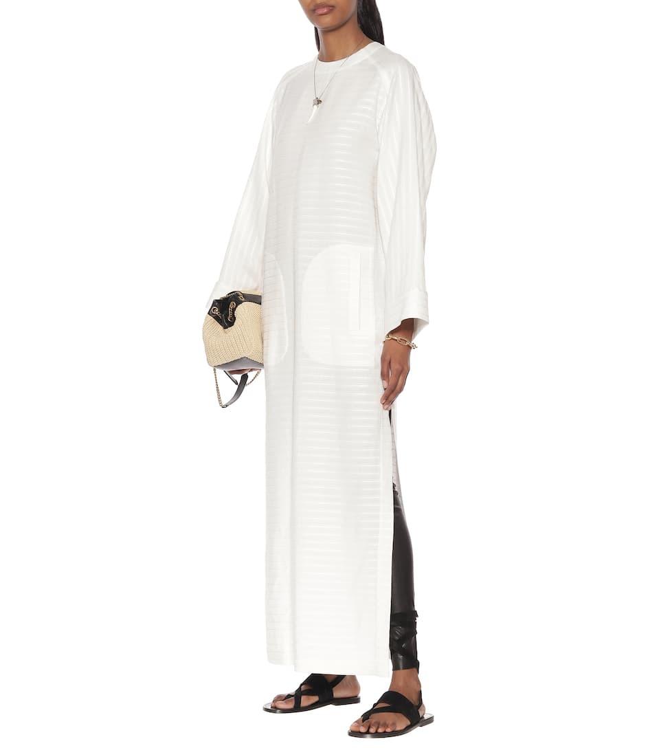 Nhà mốt Saint Laurent giới thiệu thiết kế maxi màu trắng, phom suông với cổ tròn, làm từ hỗn hợp vải lanh. Hãng gợi ý tín đồ thời trangphối với mũ cao bồi - phong cách đặc trưng của thương hiệu. Giá từ nhà sản xuấtgần2.276USD (gần 53 triệu).