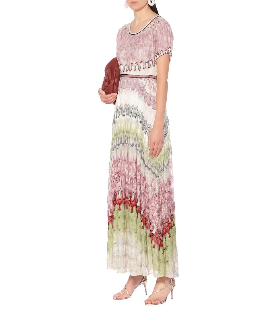 Thiết kế zíc zắc đặc trưng của Missoni lấy cảm hứng từ sở thích xê dịch, gần1.723 USD (hơn 40 triệu). Maxi có lớp lót lụa co giãn, phối bảng màu hồng, trắng và xanh lá cây, hợp với tiệc biển ban đêm.