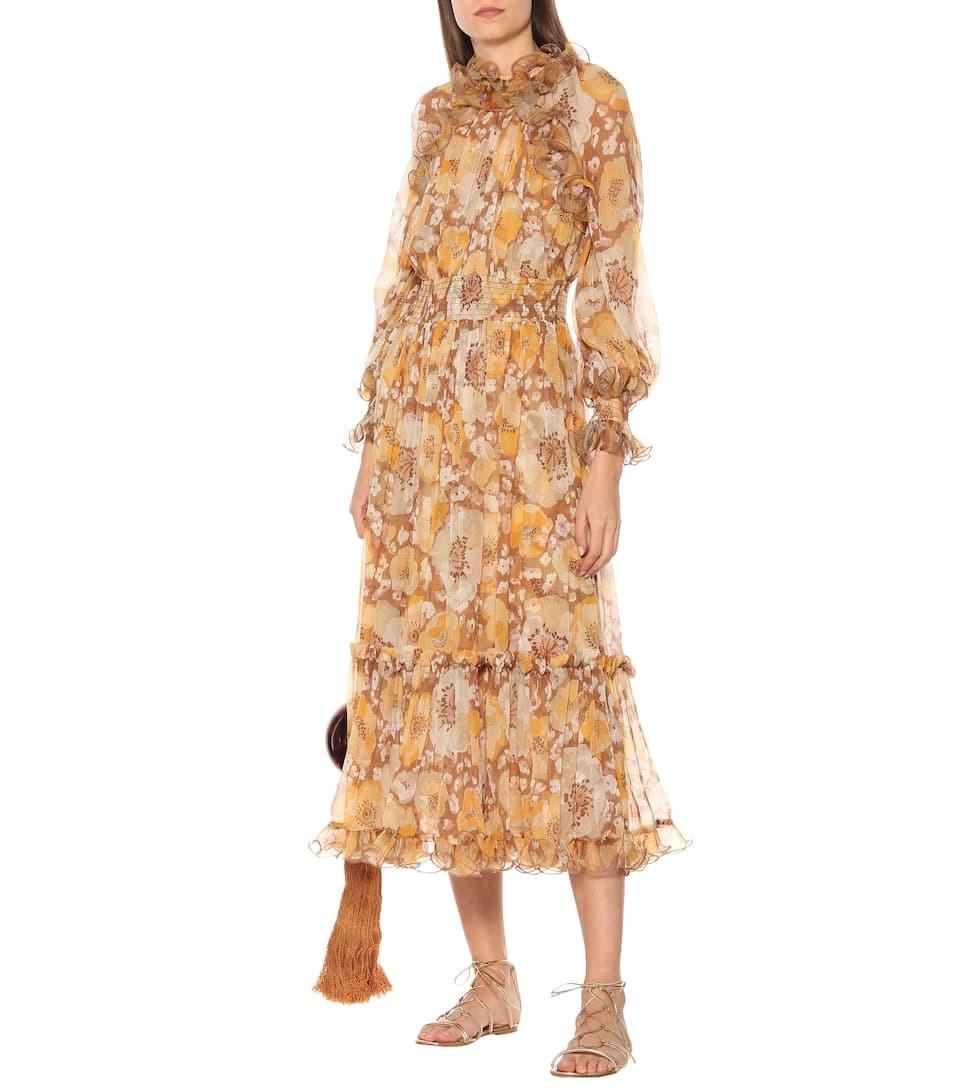 Trong BST Pre-Spring 20, Zimmerman bổ sung váy lụa họa tiết hoa anh túc vàng, mang đậm cảm hứng lãng mạn. Thiết kế tạo điểm nhấn ởcổ cao phối bèo, tay phồng và chân váy xếp tầng dài phủ mắt cá, gợi nhớ loạtđầm từ thời nữ hoàng Victoria. Giá từ nhà sản xuất gần1.563 USD (36,4 triệu).
