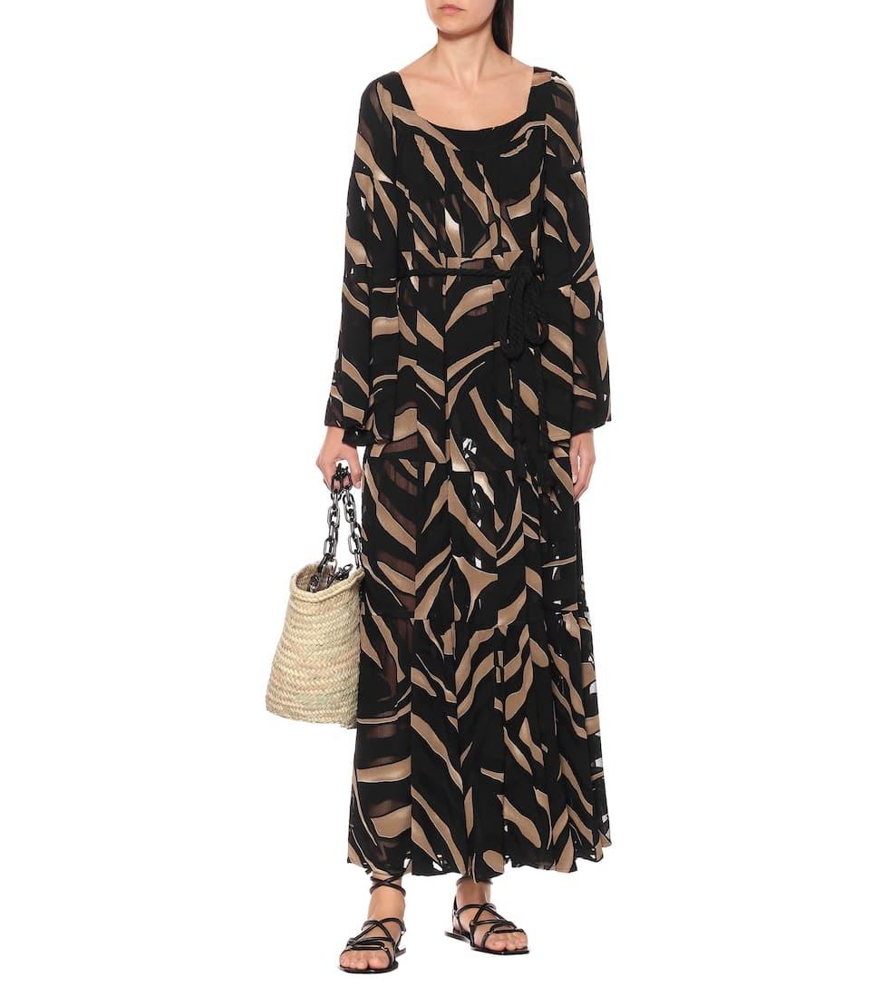 Thiết kế in họa tiết sọc ngựa vằn, phối giữa màu đen và nâu của Lisa Marie Fernandez cógiá 1.093 USD (25,4 triệu). Váy cổ vuông,trang bị dây đai có thể tháo rời.