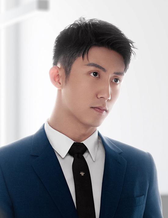 Cảnh Du đóng chàng trai nhà nghèo trở thành giám đốc công ty thương mại điện tử nhờ tài năng, nỗ lực. Phim còn có sự tham gia của Trương Hinh Dư, Hồ Binh, Dịch Đại Thiên...
