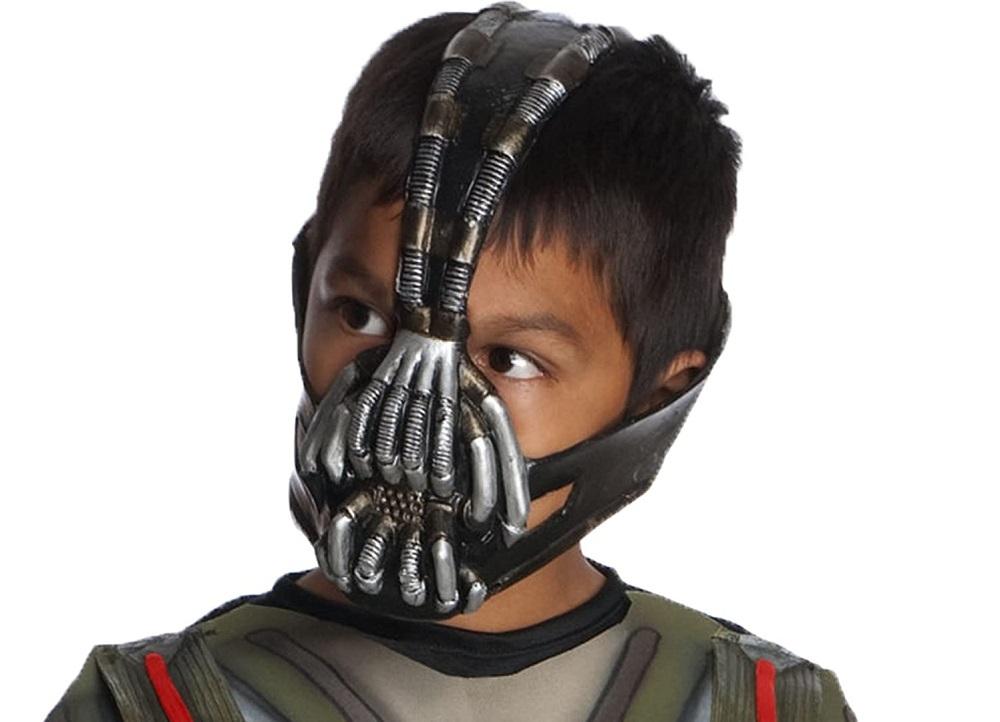Một thiếu niên với mặt nạ của Bane. Ảnh: Amazon.