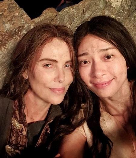 Ngô Thanh Vân (phải) và Charlize Theron trên phim trường. Ảnh: nhân vật cung cấp.