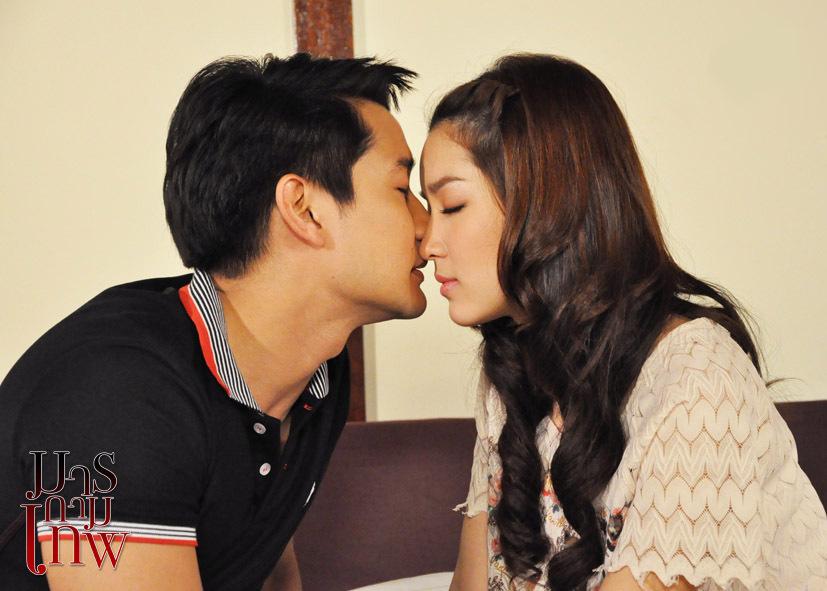 Cảnh hôn trong phim Tình yêu quỷ dữ. Ảnh: Thaiheadlines.