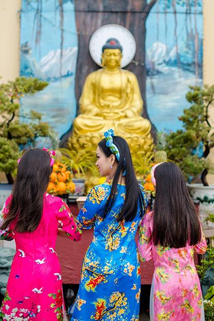 Hà Phương thường đưa con gái thăm chùa ở California dịp lễ, Tết. Ảnh: Nhân vật cung cấp.