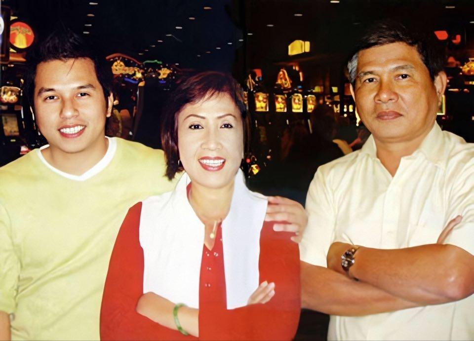 Vợ chồng nghệ sĩ Lệ Thủy và con trai Dương Đình Trí (trái). Ảnh: Facebook.