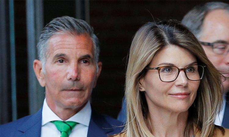 Lori Loughlin và chồng trong một phiên tòa hồi năm ngoái. Ảnh: Reuters.