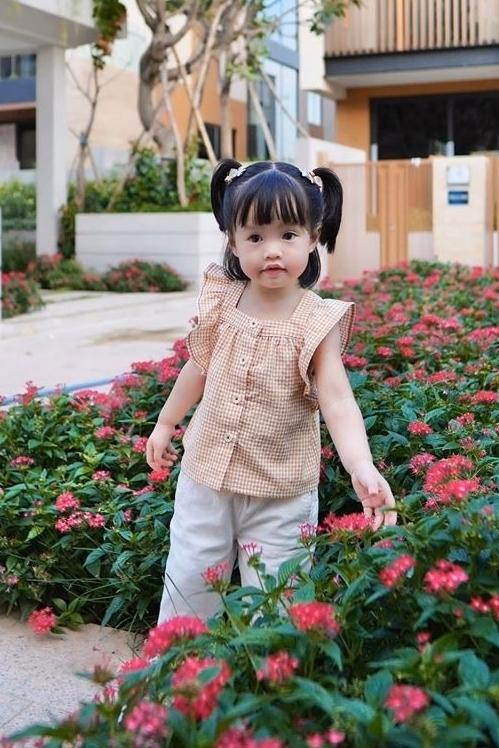 Con gái đầu của Hoa hậu Thu Thảo hai tuổi, được mẹ khen ngoan ngoãn, đáng yêu. Ảnh:Facebook.