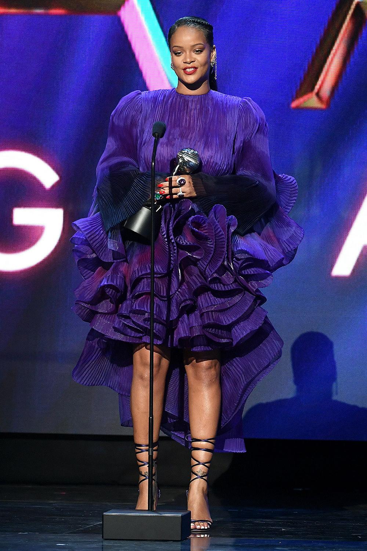 Rihanna ghi điểm với truyền thông và khán giả nhờ gu thẩm mỹ độc đáo, được các chuyên gia mệnh danh là biểu tượng thời trang. Cô duy trì hình ảnh quý cô nổi loạn, sẵn sàng phá bỏ mọi giới hạn. Tạilễ trao giải NAACP lần thứ 51 hồi tháng 2, ca sĩ được báo chí phương Tây khen lộng lẫy trong thiết kế phối bèo, gam tím của Givenchy. Cô phối loạt trang sức, đồng hồ Chopard.
