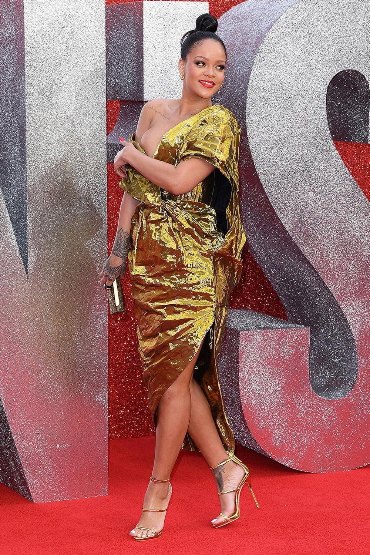 Ca sĩ gợi cảm trong thiết kế sequin Poiret, lệch vai tại buổi công chiếu phim Ocean's 8. Cô phối clutch, sandals và hoa tai ánh kim... tạo set đồ vàng đồng điệu.