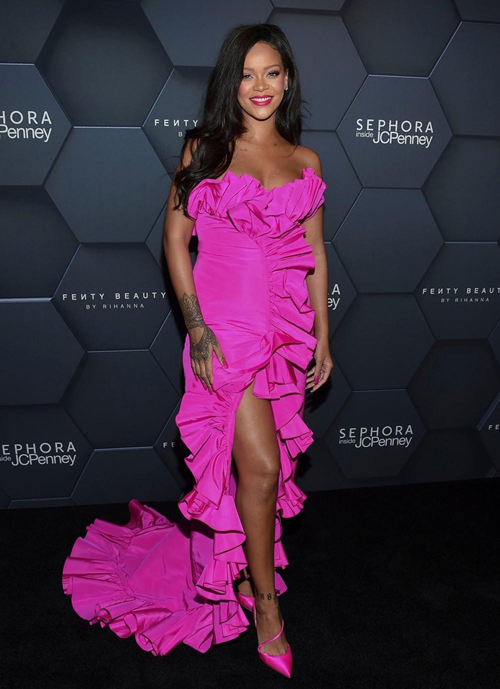 Rihanna diện váy hồng đậm cúp ngực, phối bèo mix giày gót nhọn dự kỷ niệm ngày ra mắt dòng Fenty Beauty.