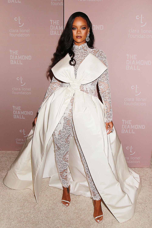 Trong sự kiện Diamond Ball thường niên lần thứ 4, người đẹp mix jumpsuit ren, đính nơ bản lớn của Alexis Mabille Haute Couture với bông tai kim cương Chopard và sandal ánh kim. Rihanna sinh năm 1988, ca háttừ năm 2003. Cô đoạtnhiều giải thưởng âm nhạc uy tín như: 9 giải Grammy, 13 giải American Music, 12 lần được vinh danh tạiBillboard Music và giữ sáu kỷ lục Guinness. Năm 2016, cô gác lạisự nghiệp ca hát, lập thương hiệu Fenty, tập trung kinh doanh cho đến nay. Theo Forbes, Rihanna là nữ ca sĩgiàu nhất thế giới năm 2019với khối tài sản ròng khoảng 600 triệu USD (hơn 14 nghìn tỷ đồng).
