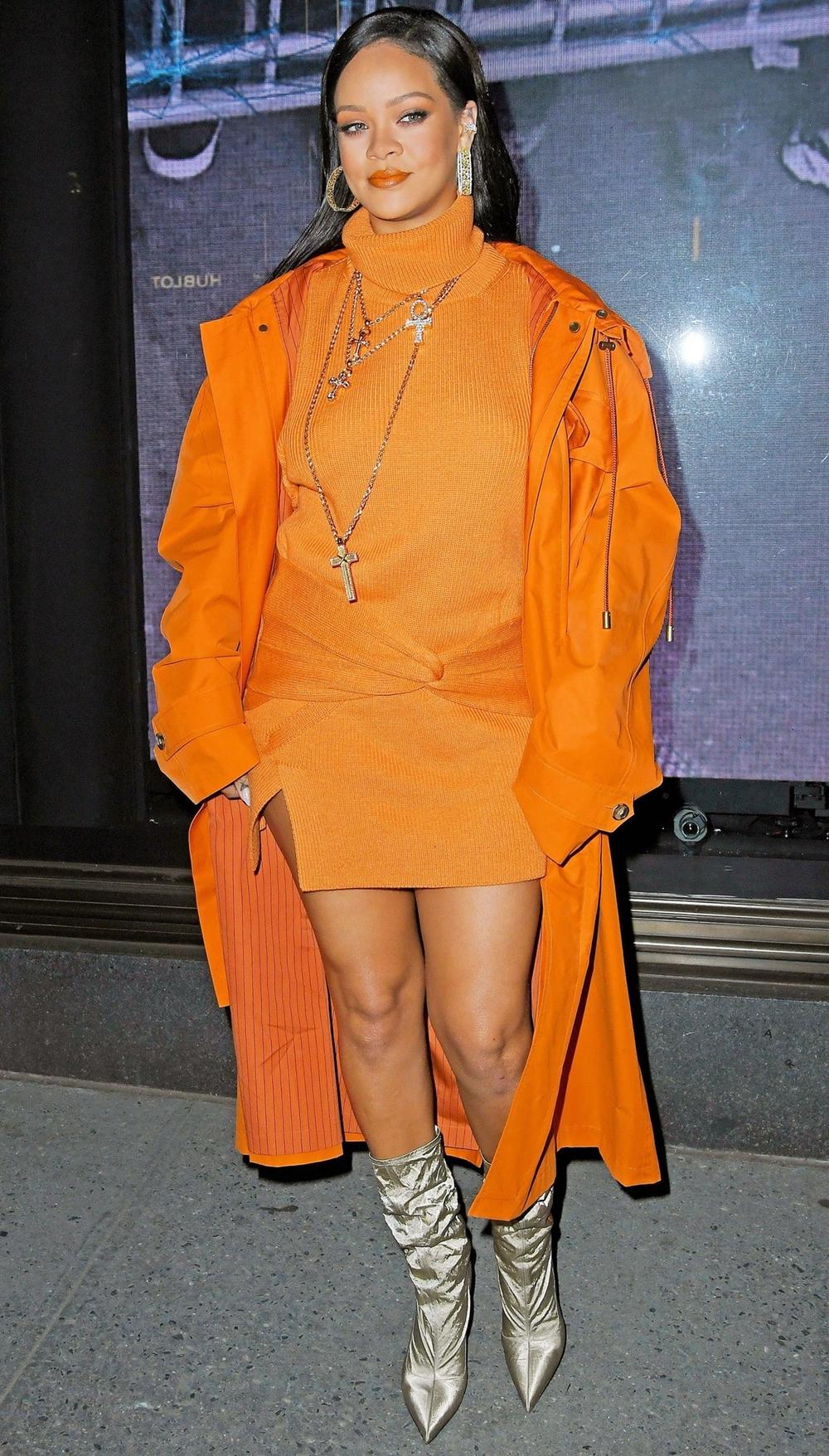 Người đẹp 32 tuổi nổi bật trong set cam của Fenty - thương hiệu do cô thành lập, cótrụ sở tại Paris (Pháp). Ca sĩ tôntrang phục bằng vòng cổ hình thánh giá, khuyên tai tròn bản lớn và boots bạc.
