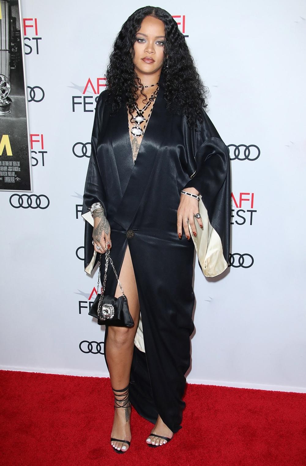 Rihanna diện kimono phá cách, chỉ gài một nút của John Galliano tại buổi công chiếu phim Queen & Slim vào tháng 11 năm ngoái. Cô tô điểm set đồ lụa bằng bộ trang sức hai màu đen,trắng của David Webb.