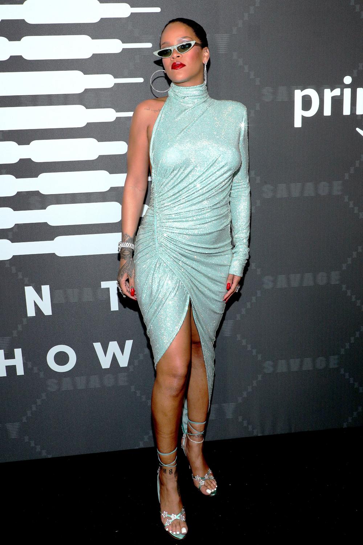 Ở tuần thời trang New York 2019, ca sĩkhoe hình thể trong bộ váy Alexandre Vauthier màu ngọc lam.