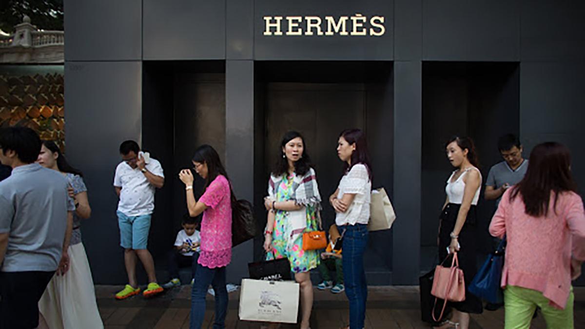 Nhu cầu mua sắm hàng hiệu của nhiềutín đồ thời trang không suy giảm trong dịch Covid-19. Ảnh: Financial Times.