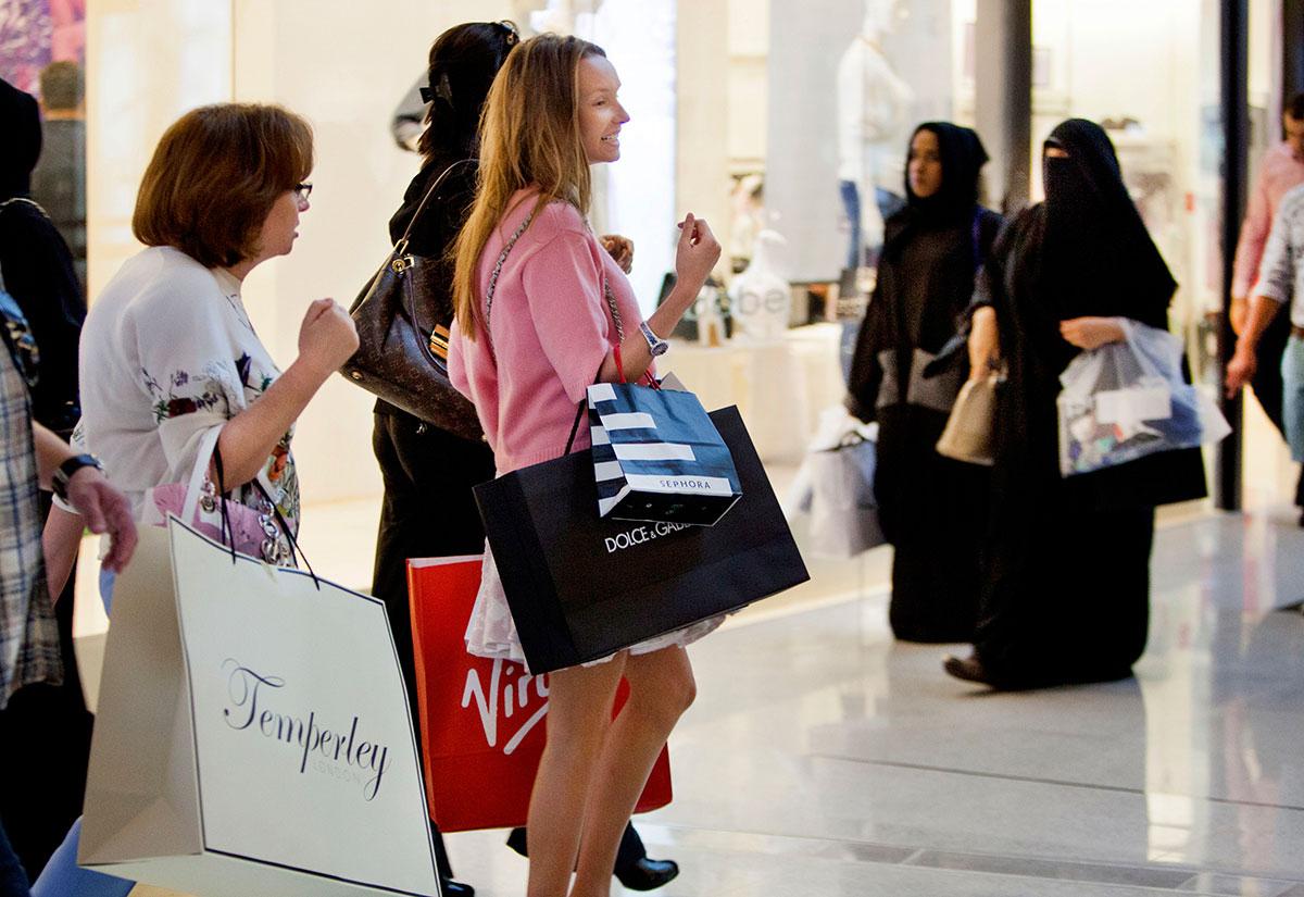 Người tiêu dùng ngày càng quan tâm vấn đề xã hội và môi trường mà ngành xa xỉ phẩm có thể gây ra. Ảnh: Arabian Business.