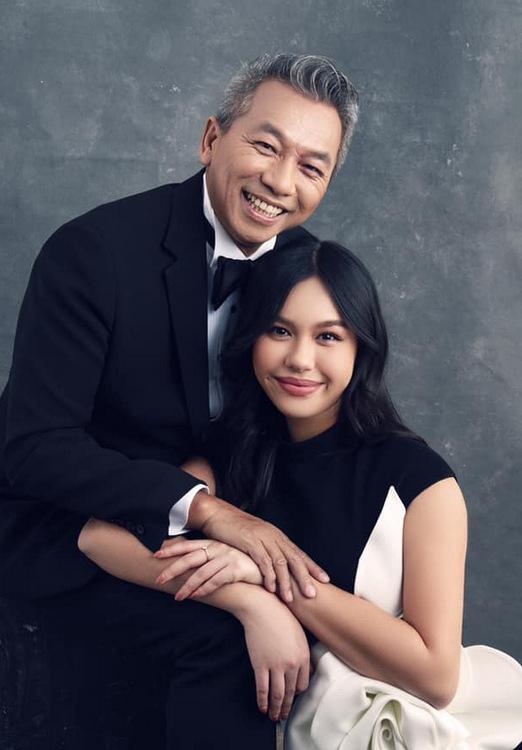 Quế My tạo dáng bên bố trong bộ ảnh gia đình chụp cách đây vài tháng. Ảnh: Milor Trần.