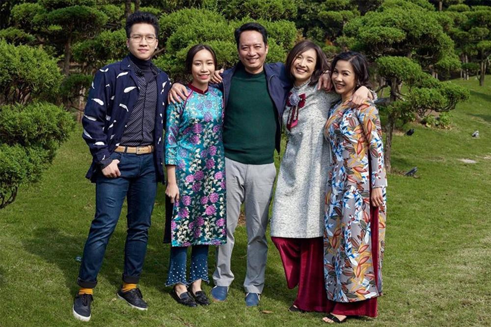 Mỹ Linh (phải) cùng nhạc sĩ Anh Quân và ba người con.