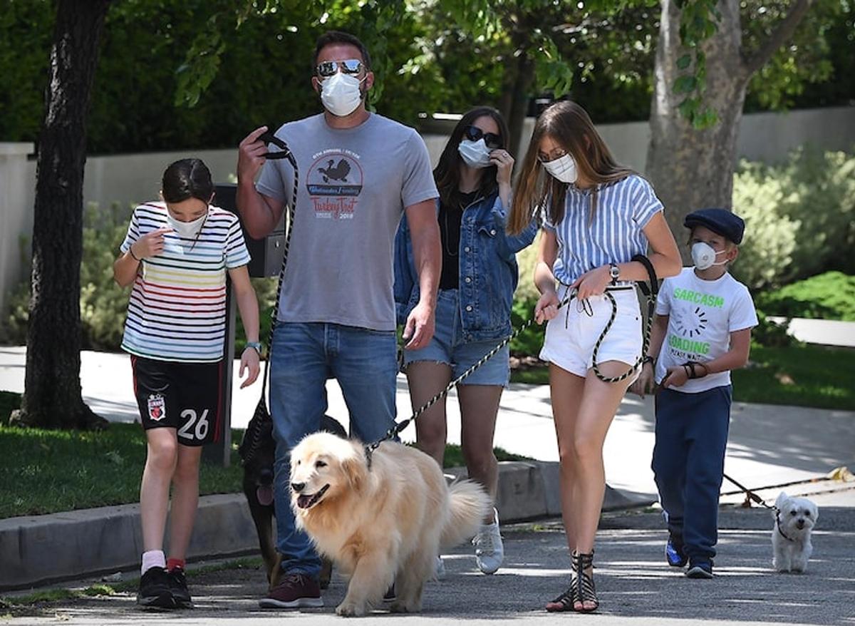 Ben Affleck đưa bạn gái và các con đi dạo phố. Ảnh: Backgrid.