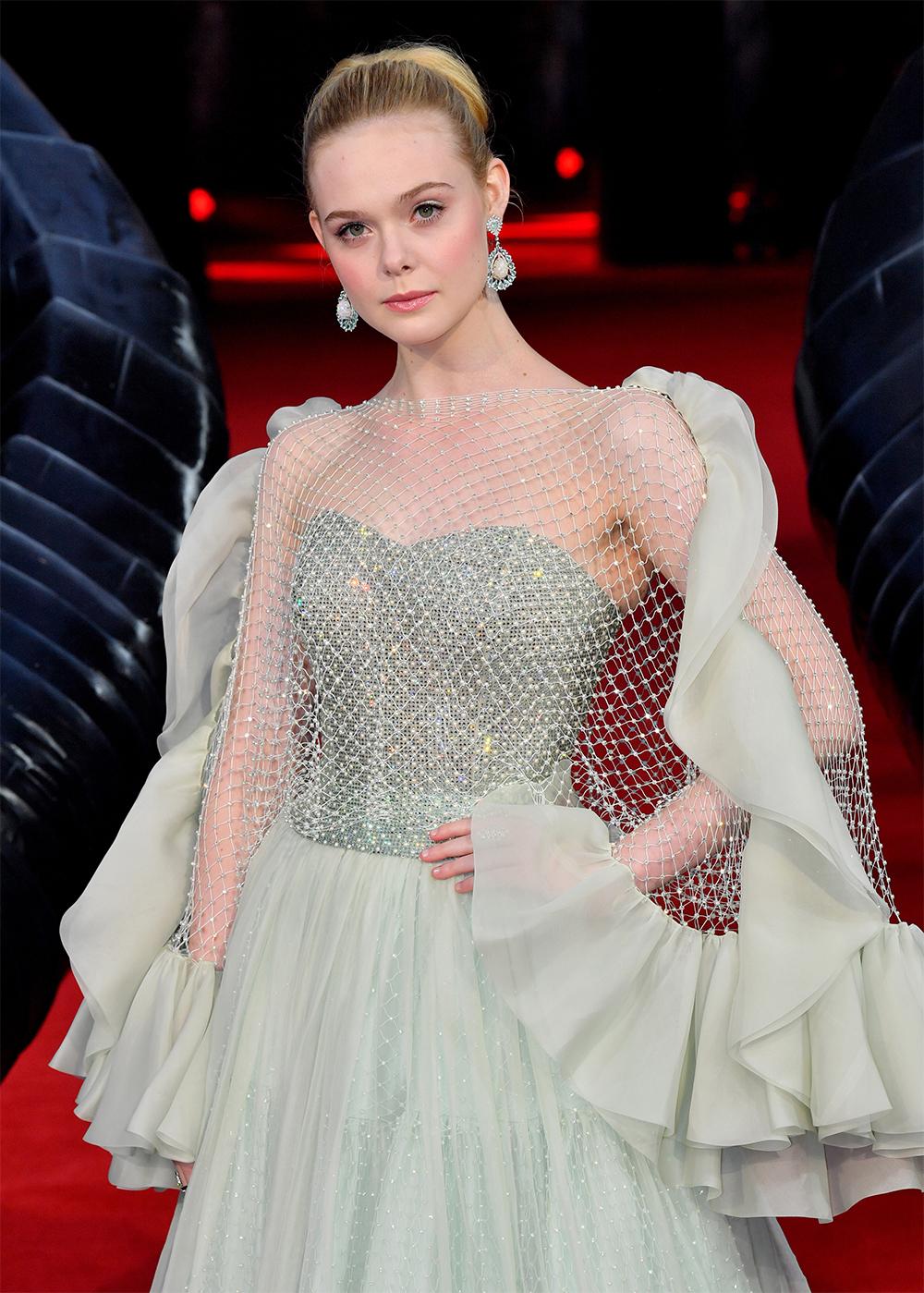 Elle Fanning sinh năm 1998, mang 4 dòng máu Ireland, Anh, Đức và Pháp. Năm ba tuổi, cô được chọn đóng vai Lucy hồi nhỏ trong phim I Am Sam. Năm 2014, Elle ghi dấu với vai công chúa ngủ trong rừng của bom tấn Maleficent. Khi trưởng thành, Elle hướng đến các vai gợi cảm, táo bạo hơn. TạiLHP Cannes 2019, cô thành tâm điểm khi làgiám khảotrẻ nhất lịch sử sự kiện danh giá này.