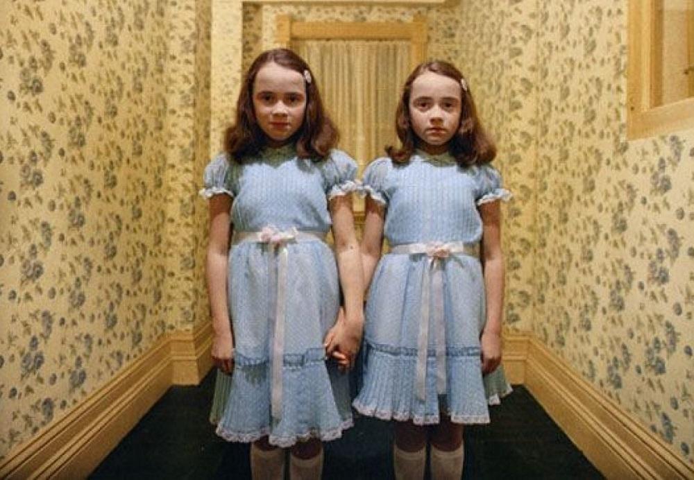 Lisa và Louise Burns trong vai đôi song sinh. Ảnh: Warner Bros.