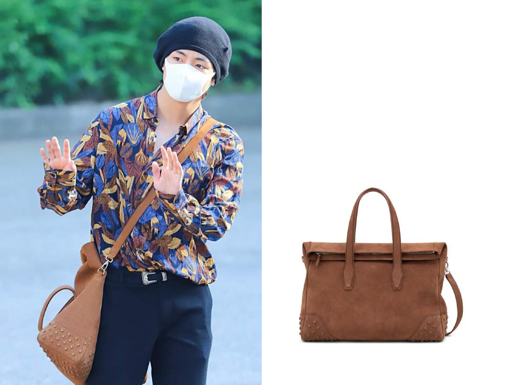 Khi ghi hình Music Bank vào tháng 6/2018, nam thần tượng được khen mặc trẻ trung vớisơ mi hoa, túi Tod's màu nâu, giá 1.845 USD (hơn 43 triệu đồng).