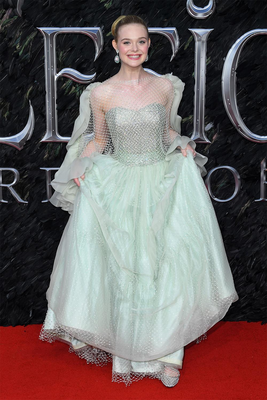 Diễn viên diện đầm công chúa màu xanh bọt biển của nhà mốt Armani Prive dựra mắt Maleficent: Mistress of Evil. Người đẹp búi tóc cao, tạo điểm nhấn với khuyên tai và nhẫn Stephen Webster.