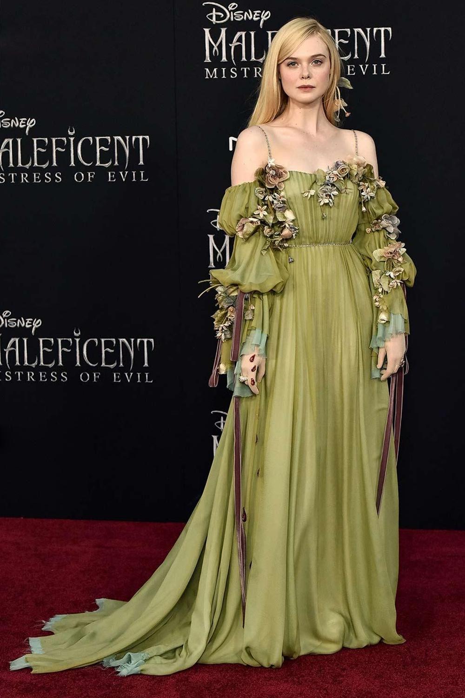 Trước đó, cô dự ra mắt Maleficent 2 tại Los Angeles (Mỹ) vớiváy hai dây Gucci màu xanh lá cây, đính hoa trên tay áo.
