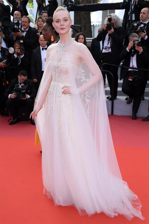 Elle Fanning được khen lộng lẫy khi diện váy đính pha lê của Reem Acra tại buổi ra mắt phim The Specials thuộc khuôn khổ Liên hoan phim Cannes lần thứ 72. Cô khoác áo choàng lưới dài màu trắng, nhấn bằng vòng pha lê gắn cổ áo.