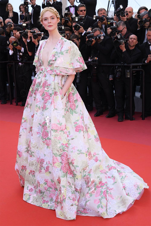 Tháng 5/2019, Elle Fanning diệnváy Valentino dự ra mắt phim Les Miserables. Thiết kế ghi điểm với gam pastel, họa tiết hoa hồng đắp ren hình quả hồ trăn, giúp côtôn làn da trắng.