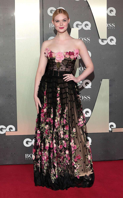 Tại lễ trao giải GQ Men of the Year ở London tháng 9/2019, Hollywoodlife khen diễn viêntỏa sáng trong chiếc váy quây phủ hoa hồng của Dolce & Gabbana.