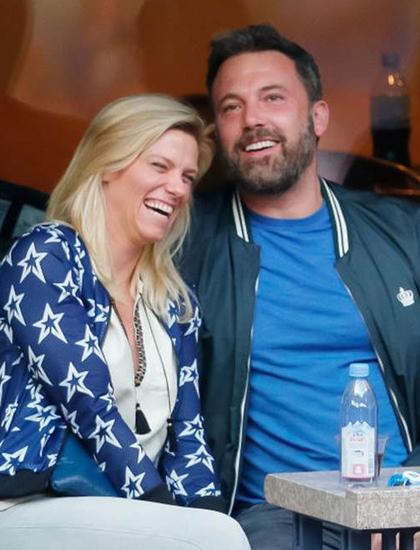 Trước Ana, Ben Affleck yêu nhà sản xuất chương trình truyền hình Lindsay Shookus, quen năm 2017 khi cùng tham gia Saturday Night Live. Hai người nhiều lần chia tay rồi tái hợp trước khi chấm dứt mối quan hệ năm 2019. Khoảng cách địa lý là nguyên nhân tan vỡ. Affleck sống tại Los Angeles theo điều khoản cùng nuôi con với Jennifer Garner. Trong khi Shookus phải ở New York để thực hiện các chương trình truyền hình với kênh NBC. Hai người giữ quan hệ bạn thân sau chia tay.