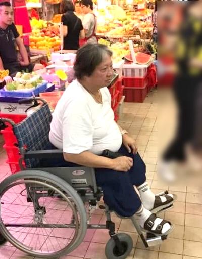 Hồng Kim Bảo thường phải ngồi xe lăn. Ảnh: Weibo.