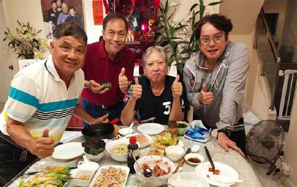 Hồng Kim Bảo (áo đen) cùng bạn bè. Ảnh: Weibo.