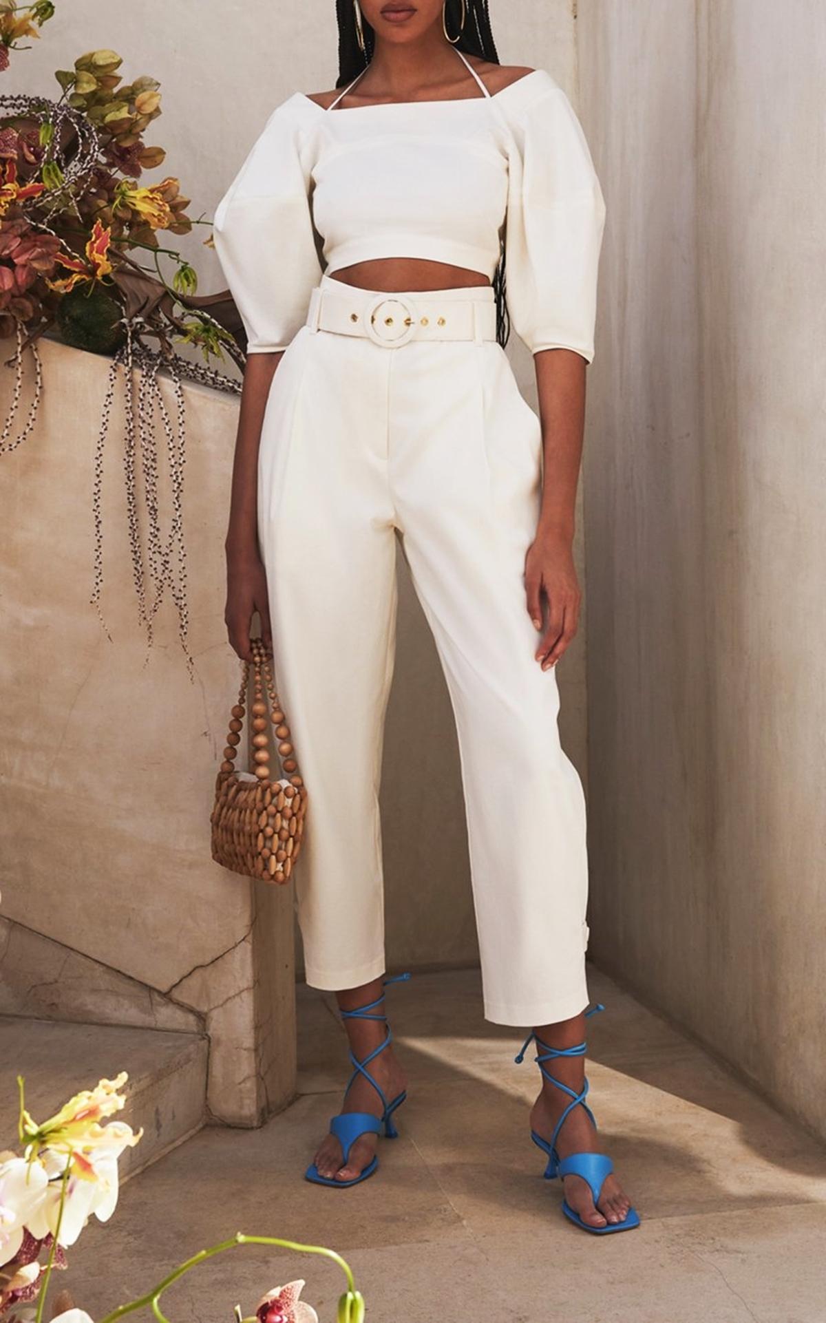 Cult Gaia nổi tiếng với phụ kiện giày túi, tuy nhiên trang phục của hãng cũng được nhiều tín đồ yêu thích. Nhà thiết kế tạo điểm nhấn cho mẫu quần trắng baggy cao trên mắt cá chânbằng thắt lưng quá khổ ở eo. Nên phối với crop-top hoặc sơ mi, giá 330 USD (gần 7,7 triệu).