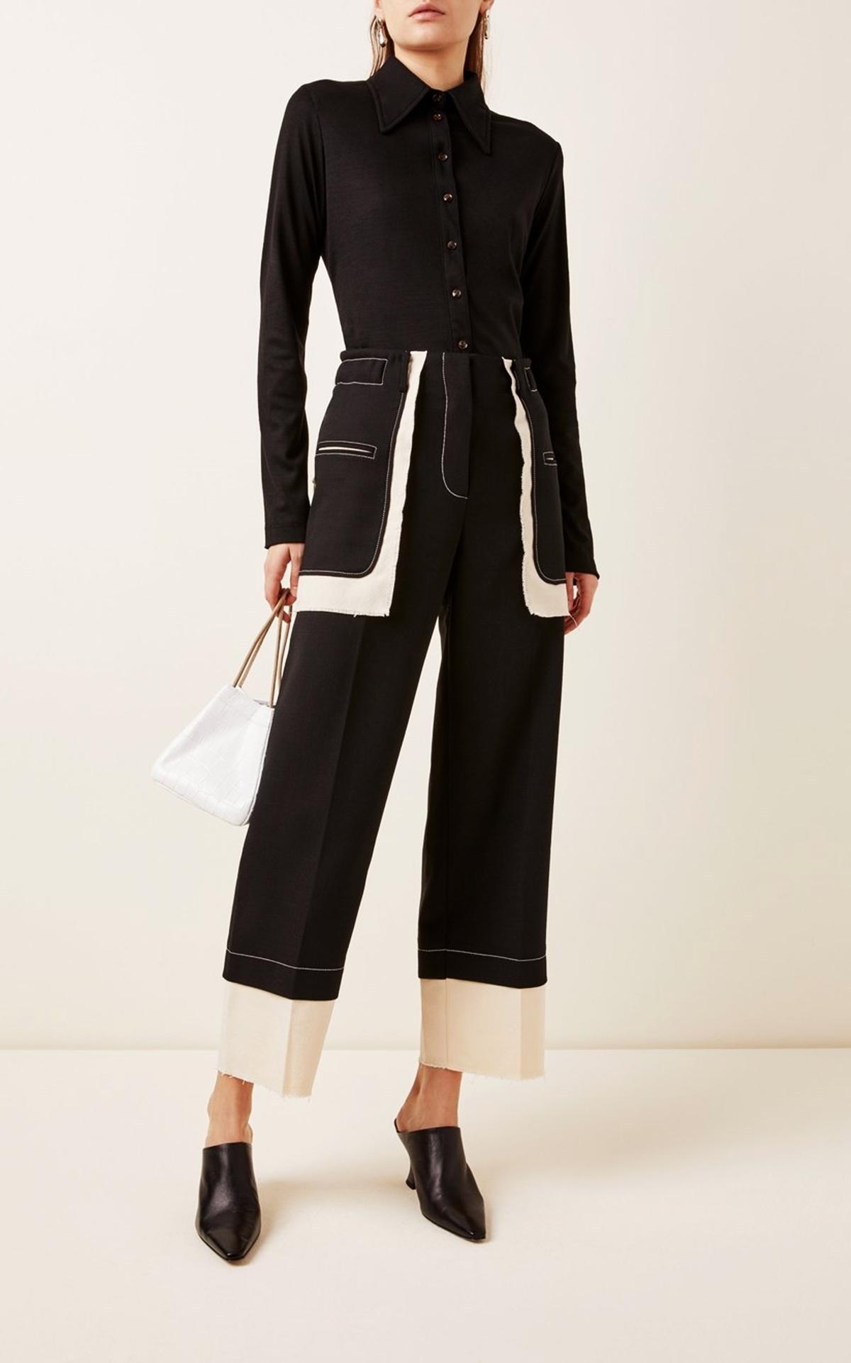 Rejina Pyo ra mắt thiết kế chắp vá các mảng màu đen trắng, giá 438 USD (hơn 10 triệu). Quần chế tác từ hỗn hợp vải len, nhấn vào những đường chỉ khâu màu tương phản .