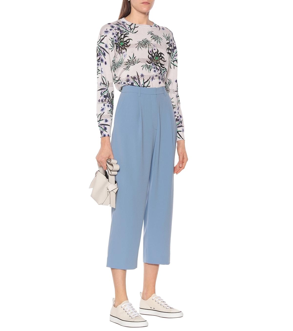 Kenzo chào hè với quần gam xanh pastel, cắt may khéo léo tạo nếp gấp đồng đều. Hãng gợi ý phái nữmix với áo hoa để tôn vẻ nữ tính. Giá từ nhà sản xuất 304 AUD (gần 4,7 triệu).