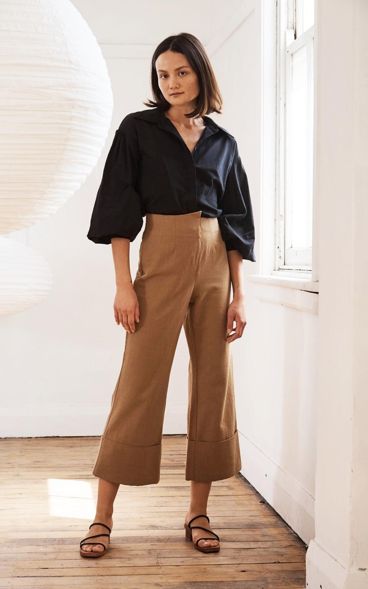 Trong BST Pre-Fall 20, nhà mốt St. Agni ra mắt mẫu quần lửng màu nâu, ống loe mang phong cách cổ điển. Thiết kế làm từ cotton pha lanh, giá 195 USD (hơn 4,5 triệu).