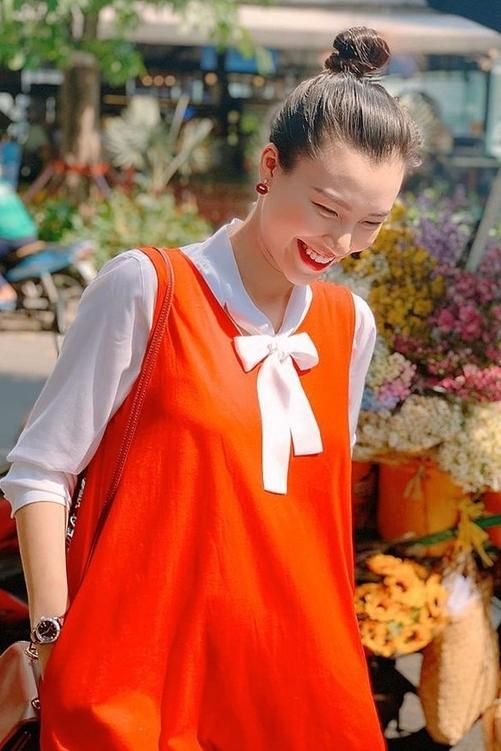 Cô thích chọn trang phục tông màu tươi sáng để đem lại tâm trạng tốt hơn. Người đẹp đã sống xa chồng gần ba tháng. Ông xã cô là người Mỹ đang sống ở Singapore. Anh không đượccấp visa nhập cảnh Việt Namtừ đầu tháng 3 vì dịch.