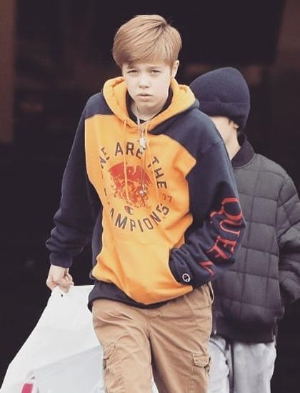 Shiloh thích mặc đồ của con trai, thường chọn quần túi hộp, áo jacket hoặc hoodie phối cùng giày thể thao khi ra ngoài.