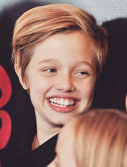 Cô bé chơi thân với nữ diễn viên nhí Millie Bobby Brown - nổi tiếng với vai Eleven trong series Stranger Things của Netflix.