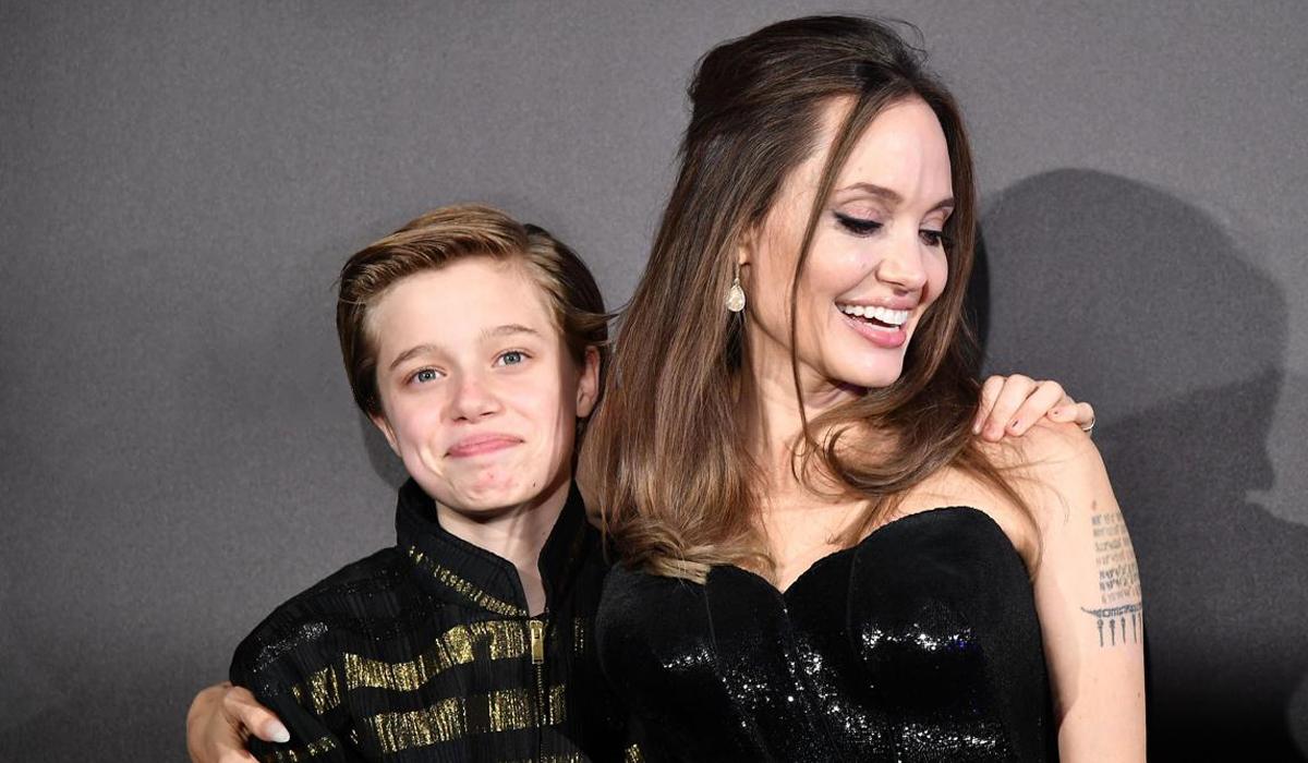 Shiloh tròn 14 tuổi hôm 27/5, là con ruột đầu tiên của Angelina Jolie và Brad Pitt. Cô bé được khen mang nhiều nét của Brad Pitt nhất ở mái tóc vàng, nụ cười.Shiloh hiện cùng anh chị em sống với mẹ tại Los Angeles (Mỹ), sau khi cặp sao chia tay năm 2016.